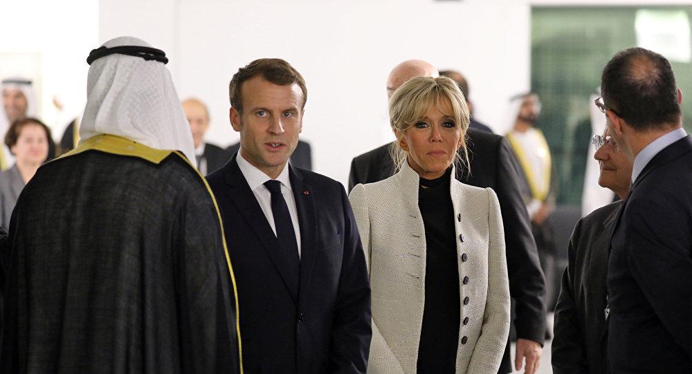 الرئيس الفرنسي إيمانويل ماكرون وزوجته في متحف اللوفر في أبوظبي