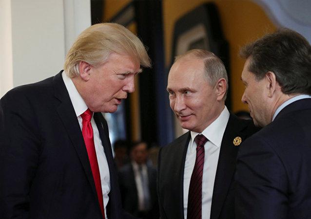 بوتين وترامب في قمة إبيك