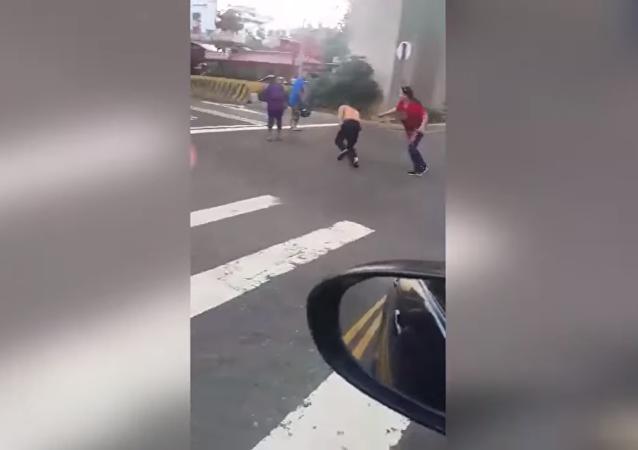 امرأة تدافع عن زوجها