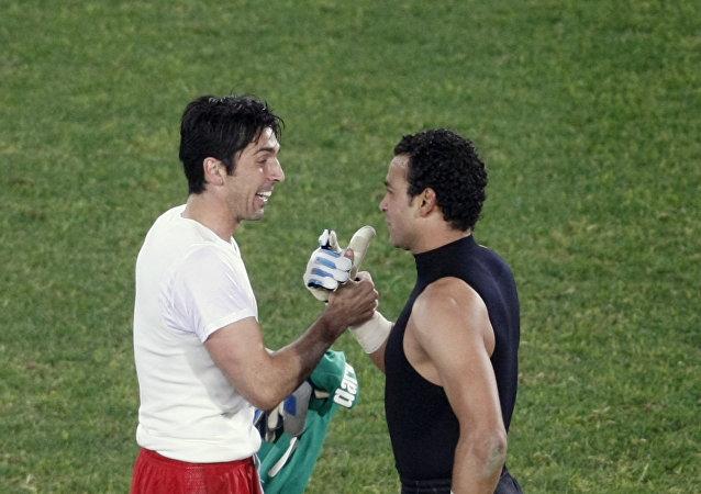 حارس المنتخب المصري عصام الحضري والإيطالي غيانلويغي بوفون