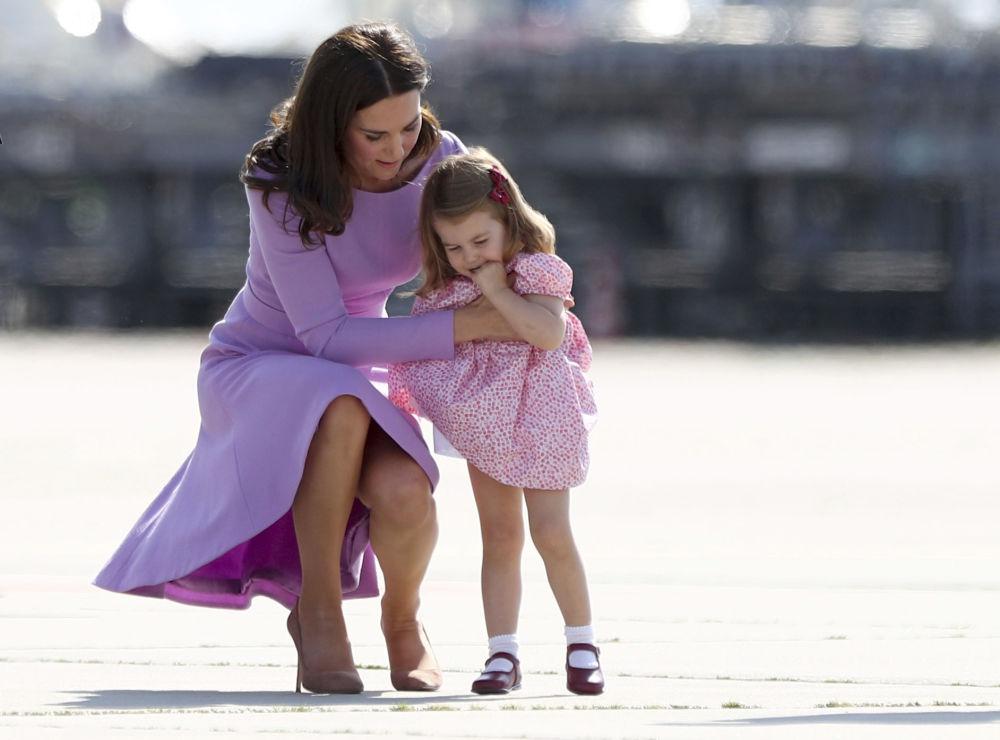 دوقة كامبريدج كيت ميدلتون وابنتها الأميرة شارلوت في هامبورغ، ألمانيا 21 يوليو/ تموز 2017