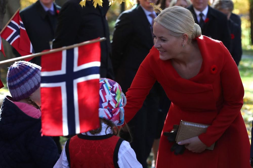 ولية عهد النرويج الأميرة ميتي-ماريت تحي مجموعة من المواطنين في أوتاوا، كندا 7 نوفمبر/ تشرين الثاني 2016