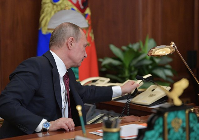 الرئيس فلاديدير بوتين يجري مكالمة هاتفية