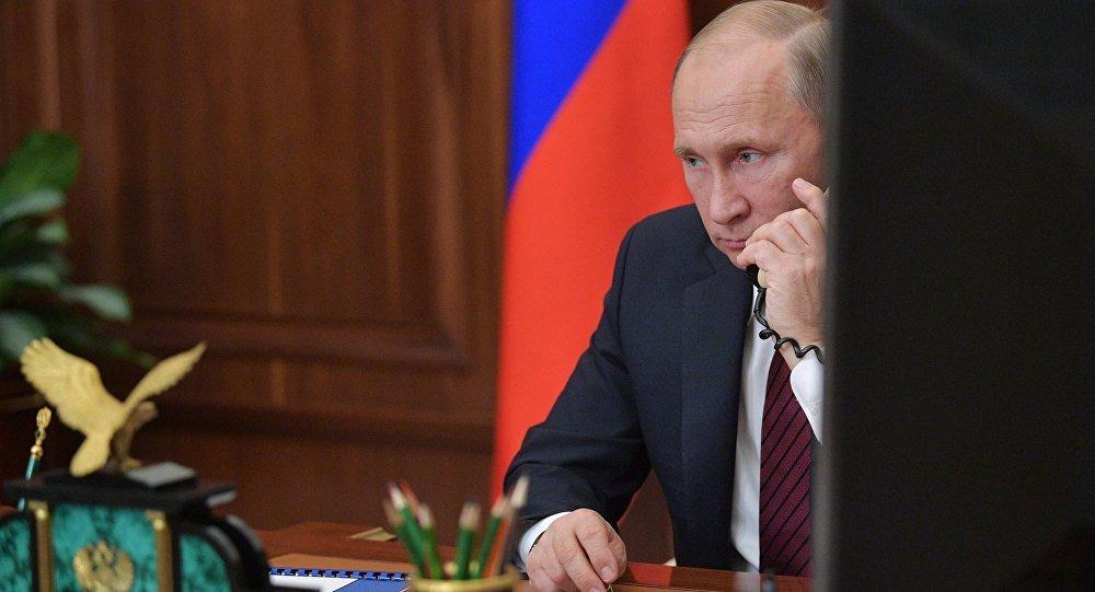 الرئيس فلاديمير بوتين يجري مكالمة هاتفية