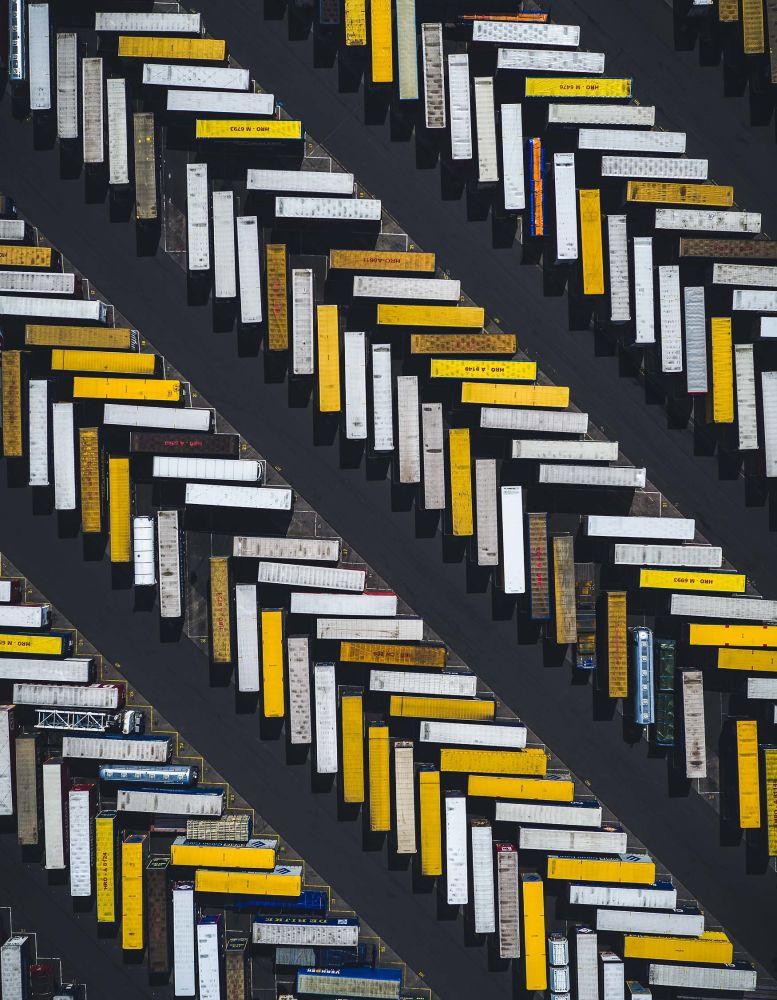 صورة شيفرون  الشاحنات متوقفة، في مدينة كينغستون أبون هول البريطانية