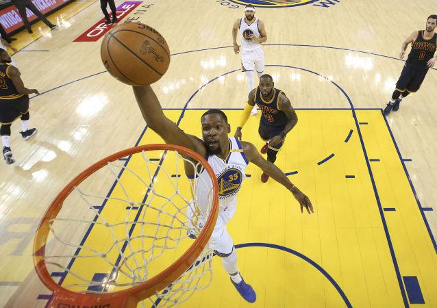 الأجور الأعلى بين المشاهير الشباب لعام 2017 وفقا لمجلة فوربس - لاعب كرة السلة المحترف الأمريكي كيفن دورانت
