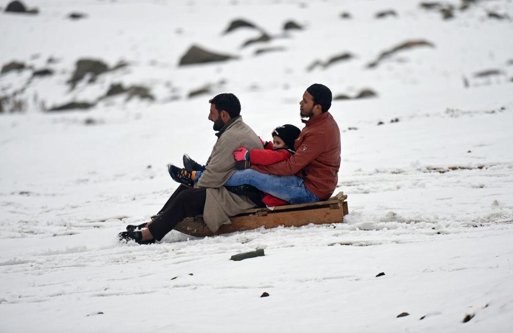 مواطنون يركبون مزلجة بعد سقوط الثلج الأول في سونامارج، 89 كم من سريناغار، ولاية كشمير، الهند 15 نوفمبر/ تشرين الثاني 2017