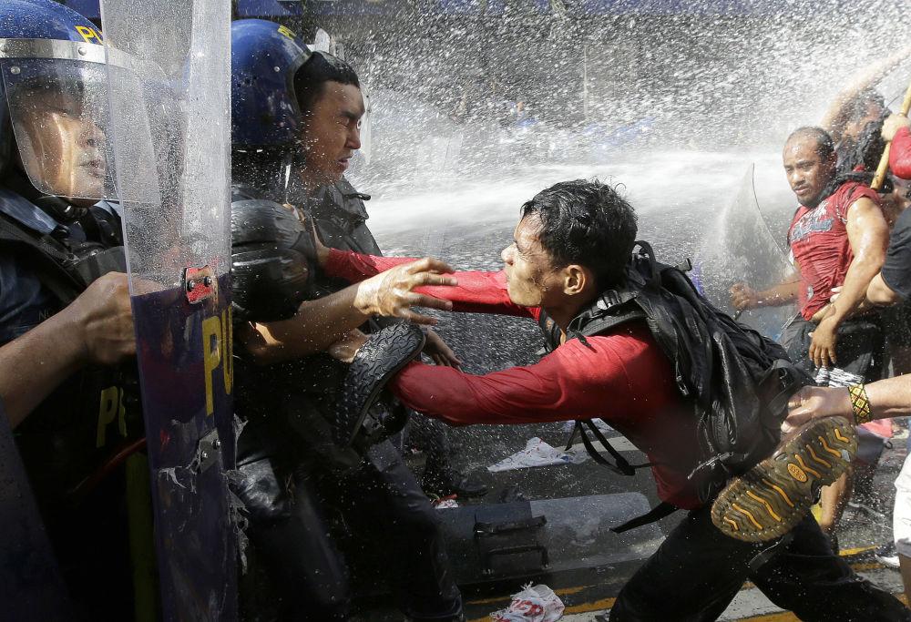 اشتباكات بين المتظاهرين والشرطة أمام السفارة الأمريكية في مانيلا، الفلبين 12 نوفمبر/ تشرين الثاني 2017
