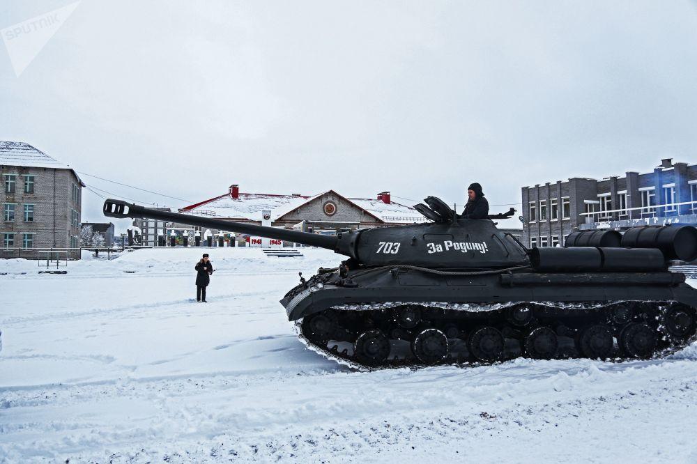 الدبابات الثقيلة إي إس-3 من زمن الحرب الوطنية العظمى خلال عرضها في الحقل العسكري في مورمانسك