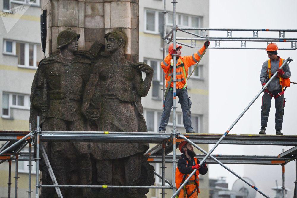 تفكيك نصب تذكاري الذي أقيم تكريما للجيش السوفيتي في مدينة شيتسين، بولندا 16 نوفمبر/ تشرين الثاني 2017