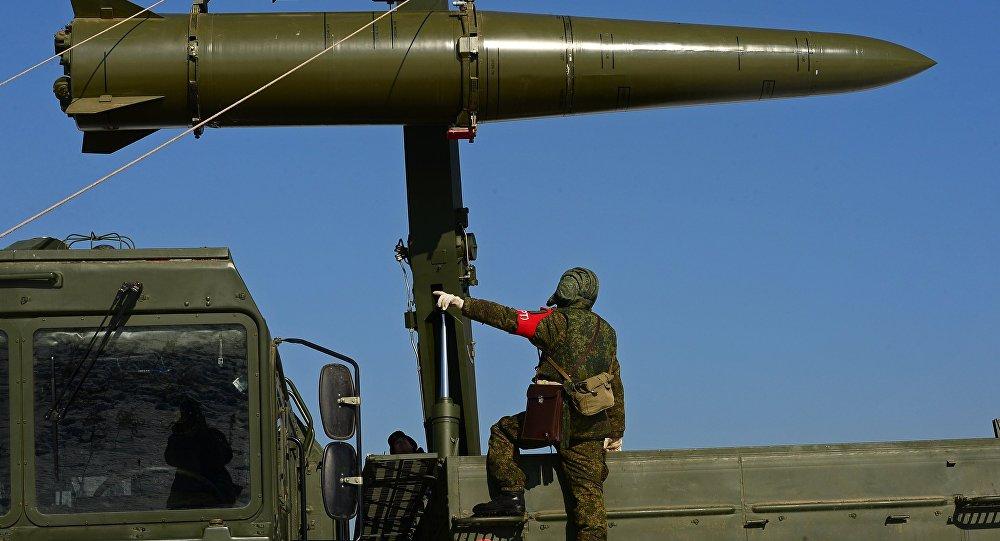 وضع صاروخ على قاذف صواريخ إسكندر-إم