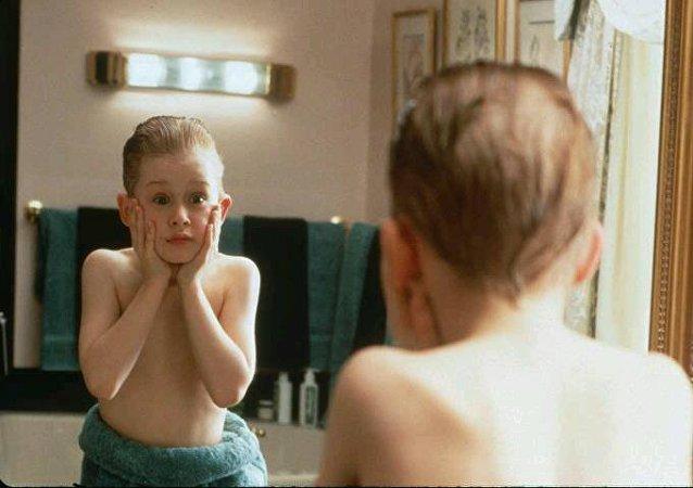 مشهد من فيلم Home Alone