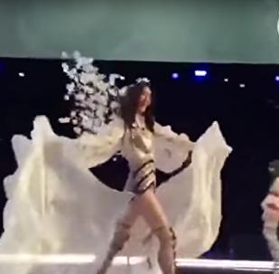 عارضة أزياء تسقط خلال عرض أزياء فيكتوريا سيكريت في مدينة شنغهاي في الصين