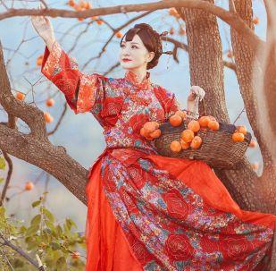 صورة بعنوان التين الكاكي الأحمر للمصورة خياولين فان، المتميزة في فئة الأشخاص والوجوه المدهشة