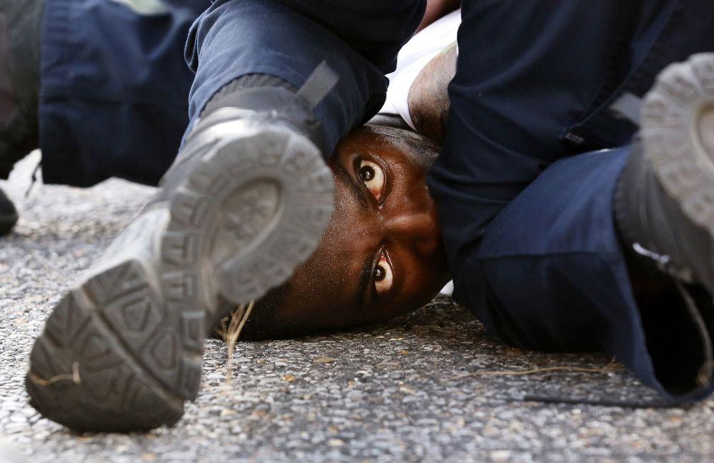 صورة بعنوان عيون المتظاهر للمصور جوناثان باتشمان، الحائزة على المرتبة الأولى في فئة اللون العام