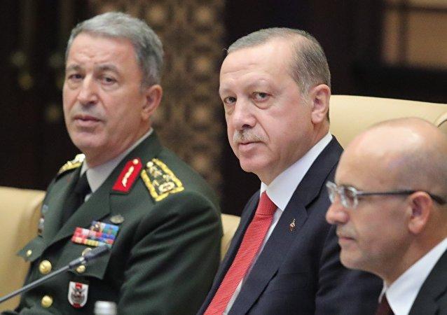 رئيس الأركان التركي خلوصي اكار (يسار)