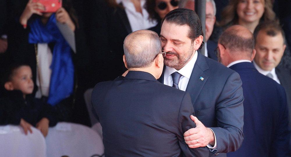 الرئيس اللبناني ميشال عون يحتضن رئيس الوزراء اللبناني السابق سعد الحريري