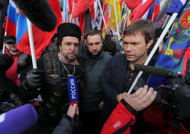 أوليغ تساروف، رئيس برلمان نوفوروسيا (اليمين)