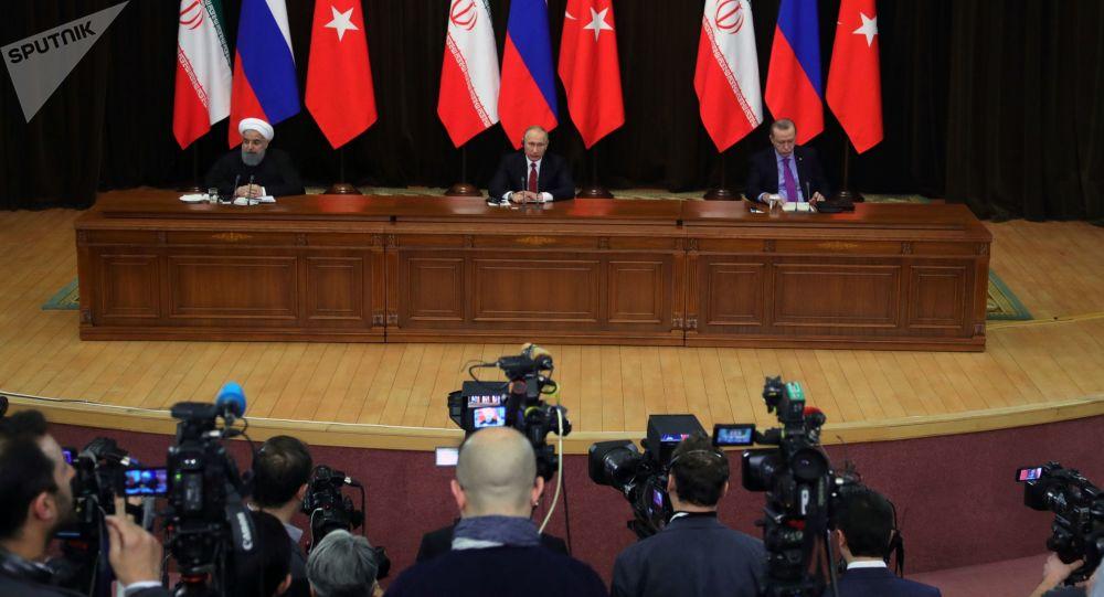 الرئيس فلاديمير بوتين خلال لقاء الرئيس التركي رجب طيب أردوغان والرئيس الإيراني حسن روحاني في سوتشي، 22 نوفمبر/ تشرين الثاني 2017