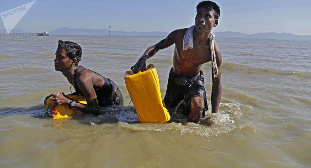 لاجئو الروهينغا في مخيم للاجئين بالوخالي على الحدود بين ميانمار وبنغلادش