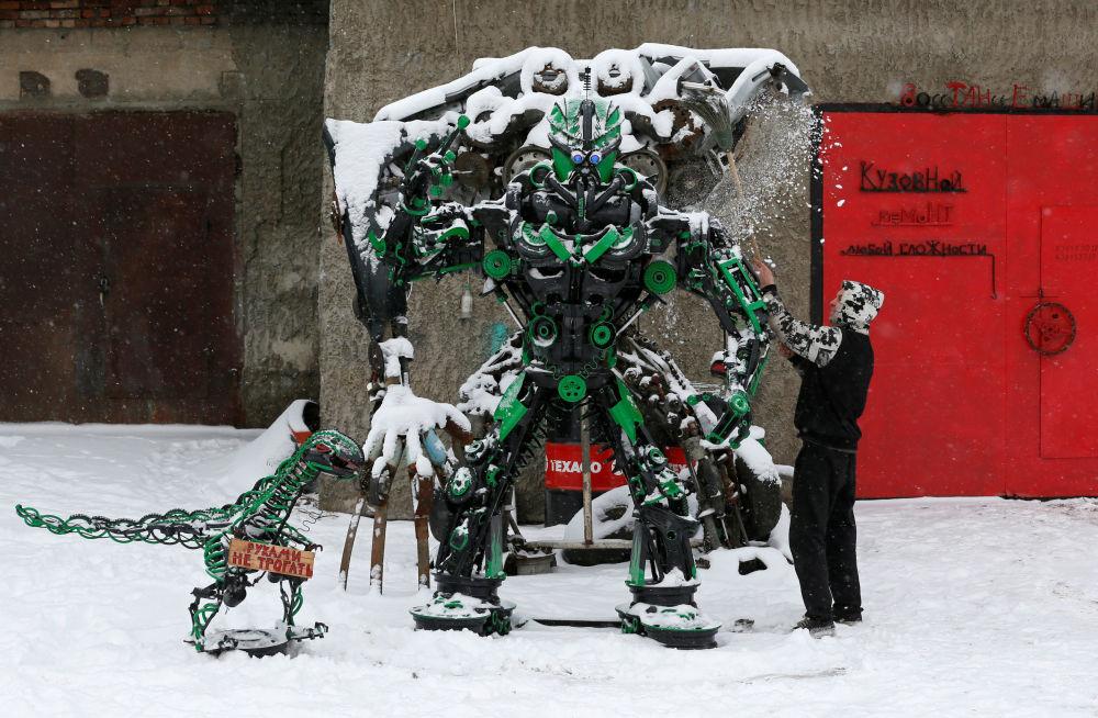 الميكانيكي واللحام الروسي سيرغي كولاغين، الذي يصنع تماثيل معدنية من أجزاء من السيارات المستعملة بالقرب من ورشة لتصليح السيارات في ديفنوغورسك، روسيا 22 نوفمبر/ تشرين الثاني 2017