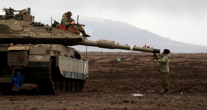 جندي إسرائيلي يجلس فوق دبابة وآخر أمام المدفع في مرتفعات الجولان بالقرب من الحدود الإسرائيلية مع سوريا 22  نوفمبر/ تشرين الثاني 2017