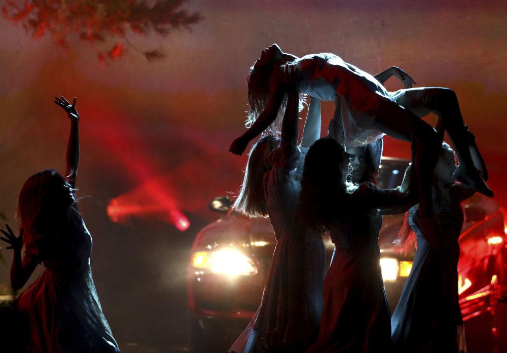 المغنية سيلينا غوميز خلال أداء أغنية وولفز (Wolves) في الحفل الموسيقي لتوزيع جوائز American Music Awards 2017 في لوس أنجلوس، 19 نوفمبر/ تشرين الثاني 2017