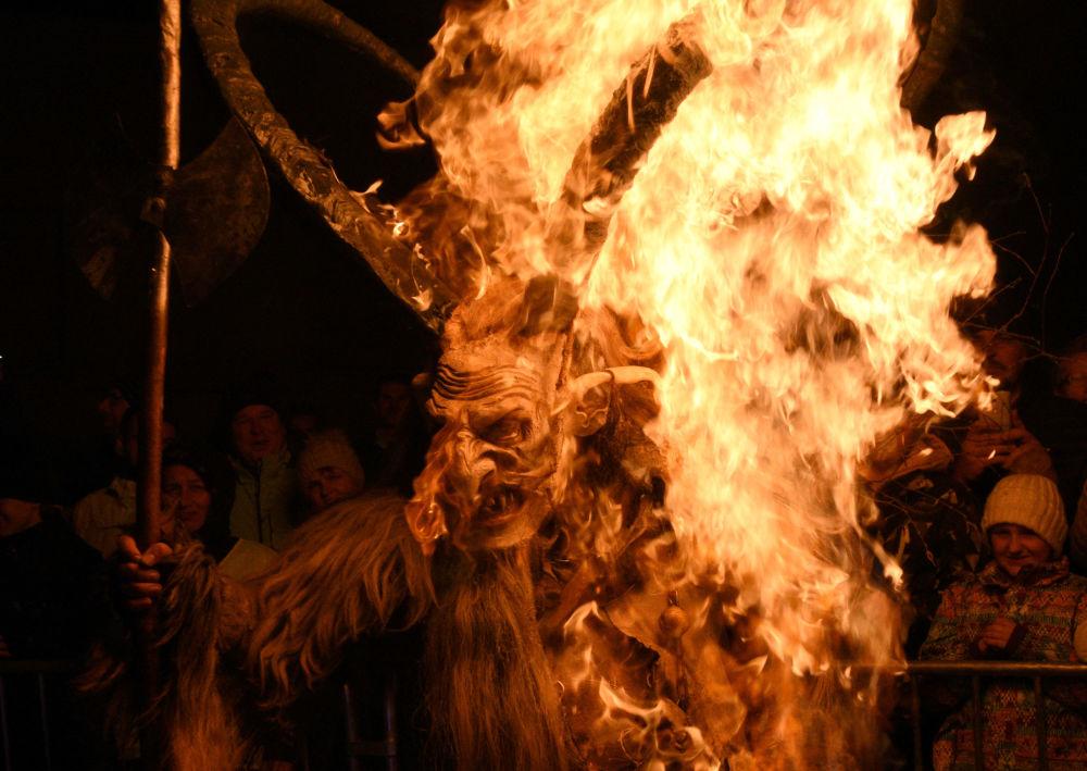 رجل يرتدي زي الشيطان  خلال عرض كرامبوس في مدينة غوريكان، سلوفينيا، 18 نوفمبر/ تشرين الثاني 2017