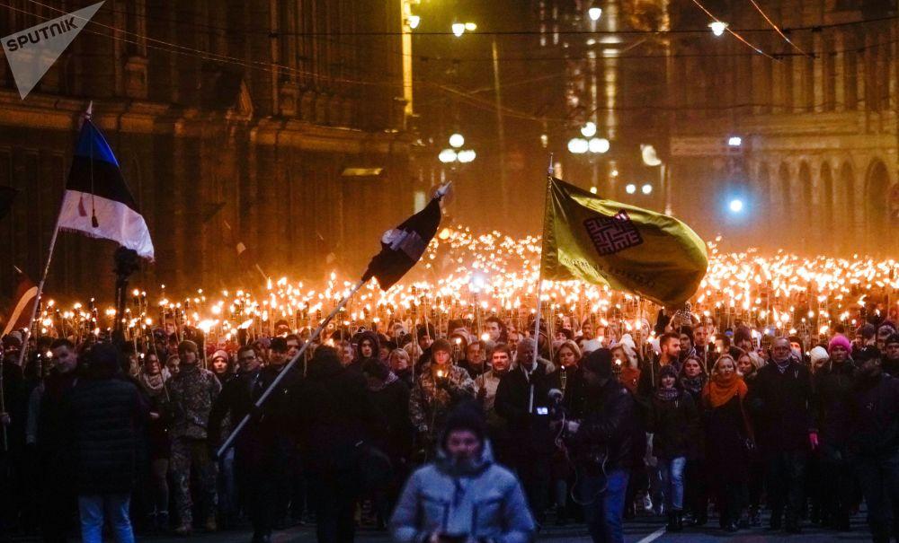 مواطنون يحملون الشعلة النارية خلال مسيرة بمناسبة يوم الاستقلال في ريغا، لاتفيا