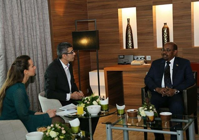 الرئيس السوداني عمر البشير ومراسلي سبوتنيك