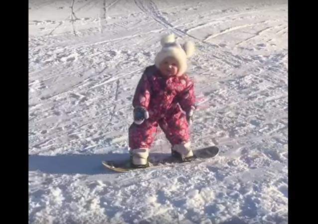 طفلة تتزحلق على الجليد ببراعة