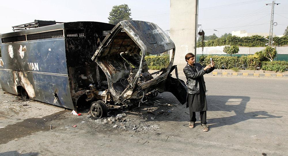 حافلة شرطة مدمرة في باكستان