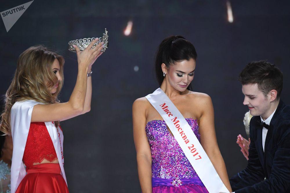 ملكة جمال موسكو لعام 2016 تاتيانا تسيمفير والحائزة على لقب ملكة جمال موسكو لعام 2107 يليزافيتا لوباتينا