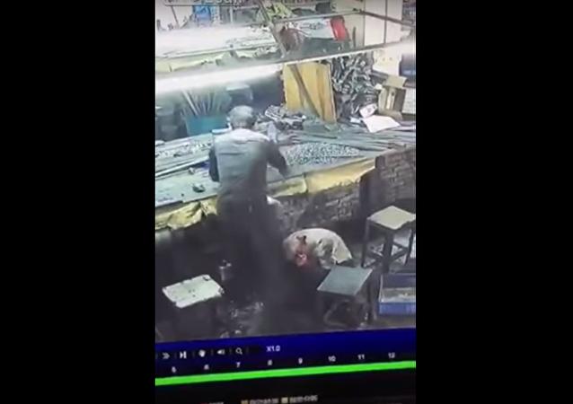 آلة تقطع رأس فتاة في المصنع