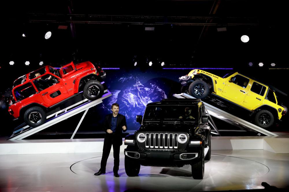 عرض السيارات لا أوتو شو 2017 في لوس أنجلوس - المدير العام لشركة جيب (Jeep ) مايك مانلي يقدم السيارة الجديدة Jeep Wrangler 2019، كاليفورنيا 29 نوفمبر/ تشرين الثاني 2017