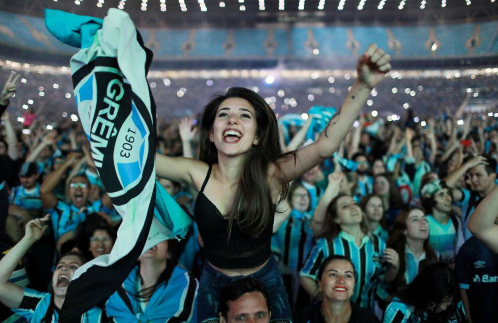 المشجعين البرازيليين يفرحون لانتصار فريق غريميو على الأرجنتيني لانوس في نهائي كأس ليبرتادوريس