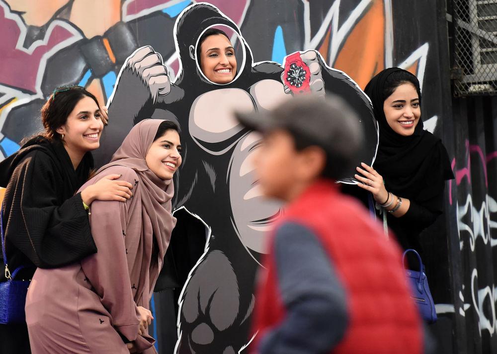الفتيات تصورن سيلفي في الرياض، المملكة العربية السعودية