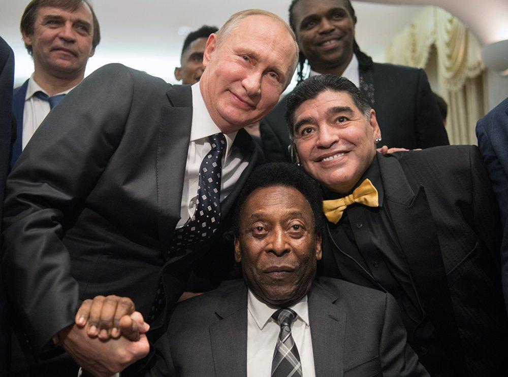 مارادونا و بيليه والرئيس الروسي فلاديمير بوتين