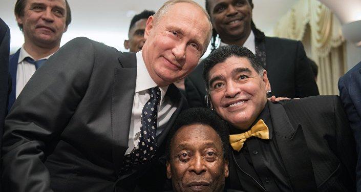 مارادونا و بيليه و الرئيس الروسي فلاديمير بوتين