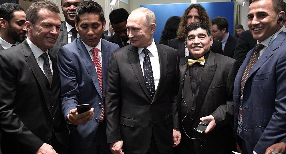 الرئيس الروسي فلاديمير بوتين مع نجوم الكرة العالمية، من اليمين الى اليسار، الإيطالي فابيو كانافارو ، الأرجنتيني ديغو مارادونا، الألماني لوثر ماتيوس