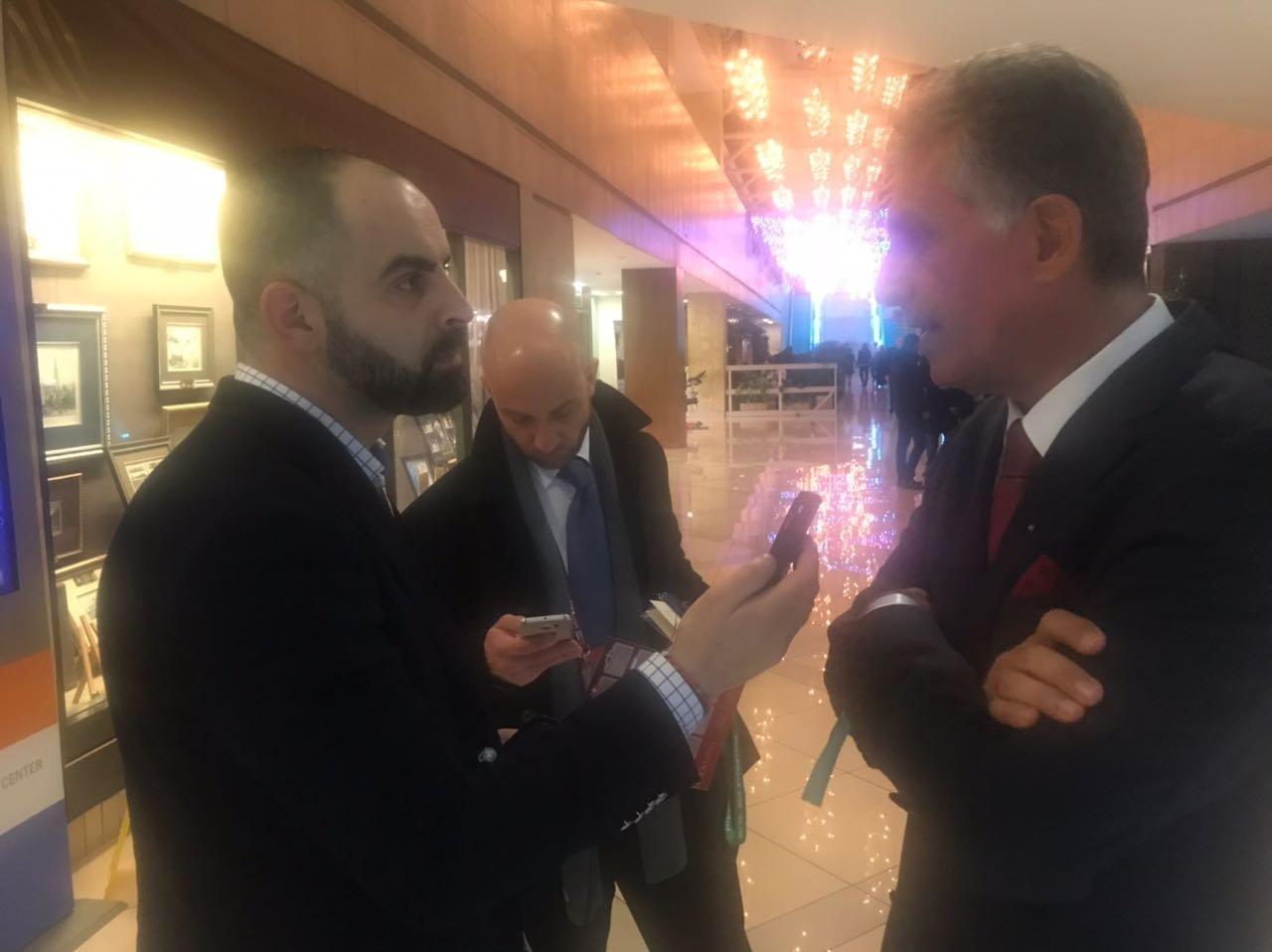 مدرب المنتخب الإيراني كارلوس كيروش و مراسل سبوتنيك