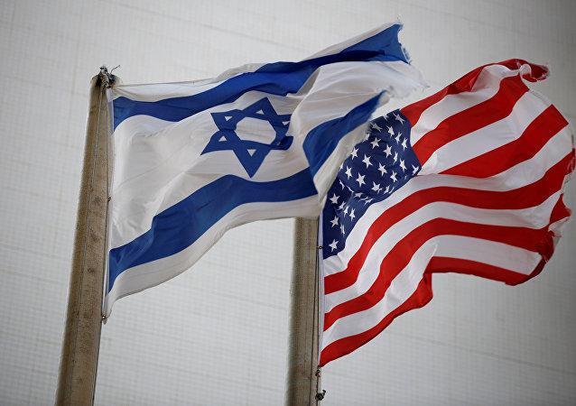 العلمان الأمريكي والإسرائيلي خارج مبنى السفارة الأمريكية في تل أبيب، إسرائيل 5 ديسمبر/ كانون الأول 2017