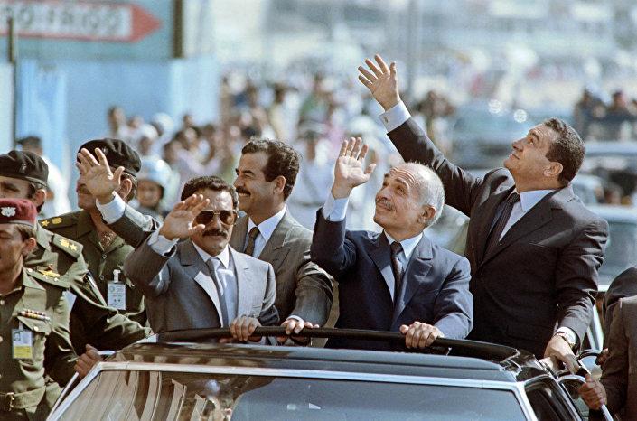 الرئيس اليمني السابق علي عبدالله صالح وملك الأردن السابق حسين والرئيس المصري السابق حسني مبارك والرئيس العراقي السابق صدام حسين في الإسكندرية، مصر عام 1989