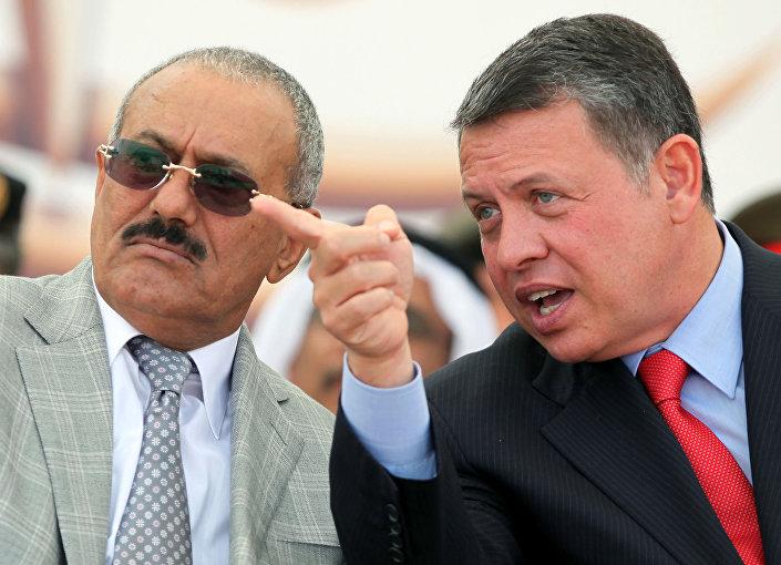 الرئيس اليمني السابق علي عبدالله صالح والملك عبدالله الثاني خلال عرض القوات الخاصة SOFEX في عمان، عام 2010