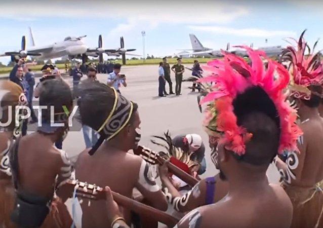 بالفيديو...شاهد كيف استبقلت اندونيسيا الطيارين الروس