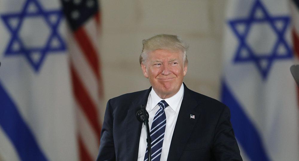 الرئيس الأمريكي دونالد ترامب خلال زيارته لـ متحف إسرائيل، وإعلانه عن نيته حول إعلان القدس عاصمة إسرائيل بتاريخ 6 ديسمبر/ كانون الأول (الصورة 23 مايو/ أيار 2017)