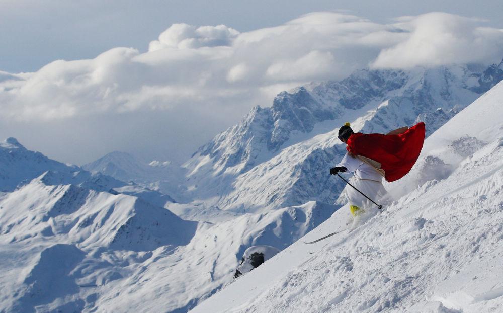 رجل يرتدي زي سانتا كلاوس يتزلج في منتجع ألبين سكي فربير، سويسرا 2 ديسمبر/ كانون الأول 2017
