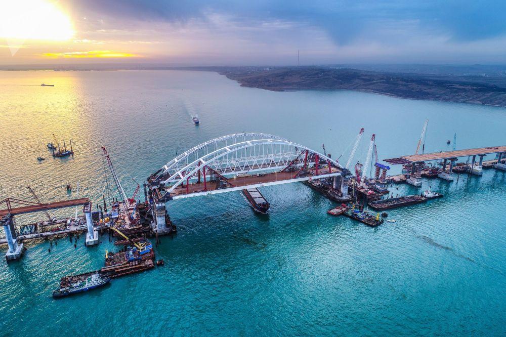 أقواس جسر القرم في مضيق كرتش، القرم، روسيا
