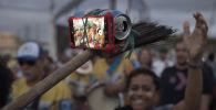 التقاط صورة سيلفي بواسطة مكنسة بدلا من سلفي ستيك في ريو دي جانيرو، البرازيل 2 ديسمبر/ كانون الأول 2017