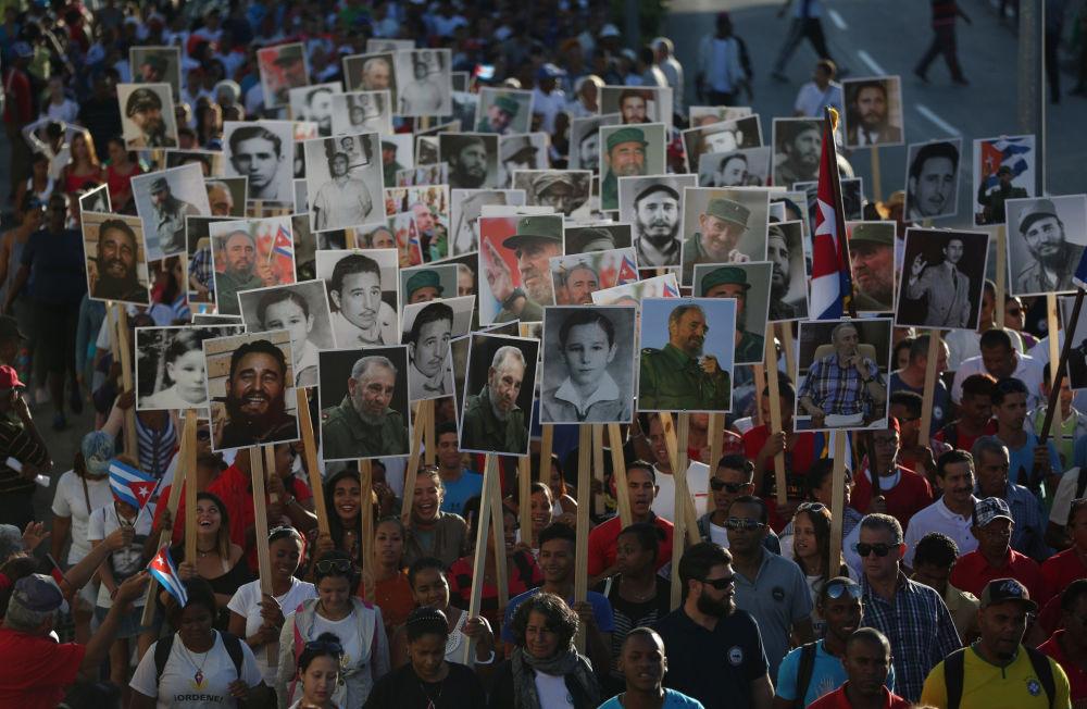 مسيرة لإحياء ذكرى رحيل الزعيم الكوبي فيدل كاسترو، تتجه إلى مقبرة سانتا إفيجينيا في سانتياغو، كوبا، 4 ديسمبر/ كانون الأول 2017
